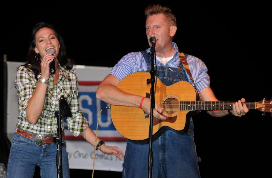 US_Navy_100704-A-9737A-060_The_country_music_group,_Joey_and_Rory,_perform_for_service_members_at_Joint_Task_Force_Guantanamo
